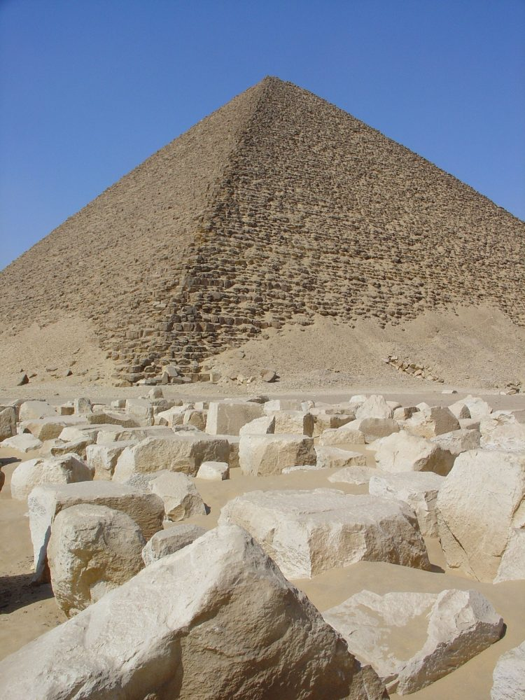 A photograph of the Red Pyramid at the Dashur Necropolis. Image Credit: Wikimedia Commons / CC BY-SA 3.0.
