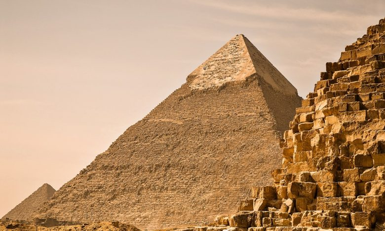 Great Pyramid of Giza (Khufu's pyramid), Pyramid of Khafre, Pyramid of Menkaure (right to left). Giza, Cairo, Egypt, North Africa. Image Credit: Wikimedia Commons.