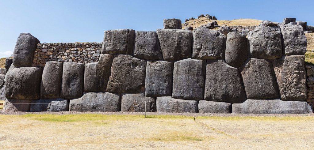 A section of the wall at Sacsayhuaman. Image Credit: Wikimedia Commons.