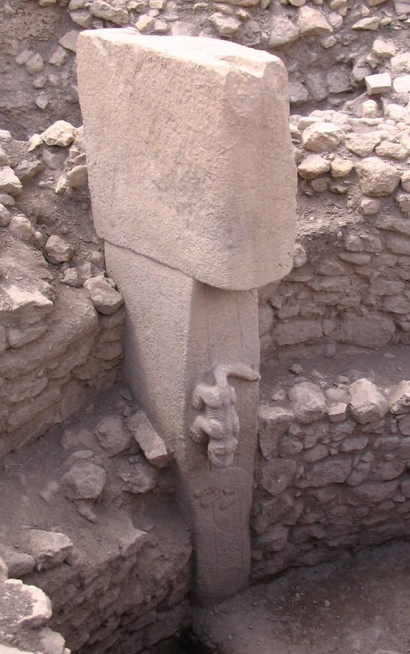 A close-up image of one of the pillars at the site. Image Credit: Wikimedia Commons.