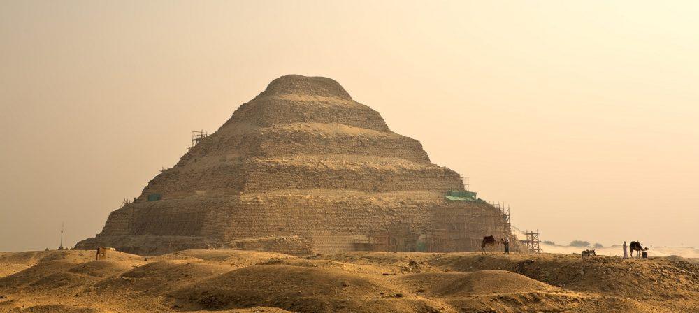 Uma vista deslumbrante sobre a pirâmide de degraus de Djoser em Saqqara.  Shutterstock.
