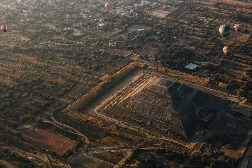Aerial view of the city of Teotihuacan and its surroundings. Shutterstock.