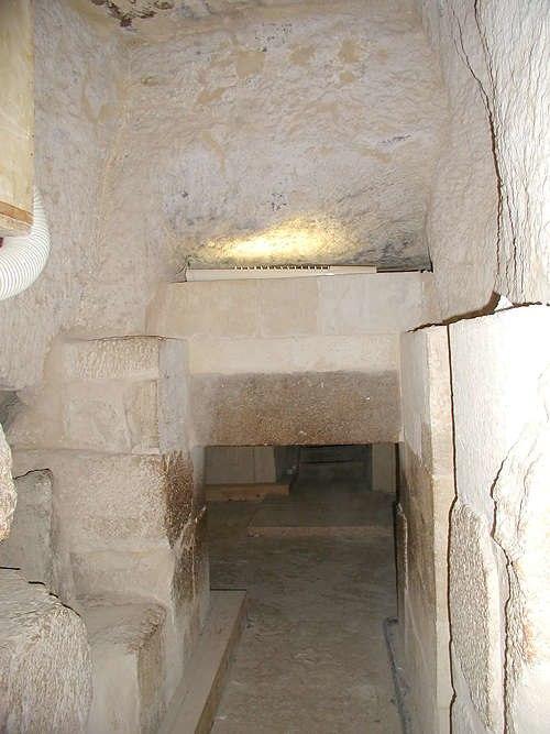 A sala de Portcullis dentro da pirâmide de Menkaure.  Crédito de imagem: Jon Bodsworth.  Arquivo do Egito.