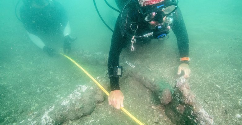 Underwater Archaeologists exploring the 16th-century anchors. Image Credit: Sub aquatic Archaeology Project / INAH.