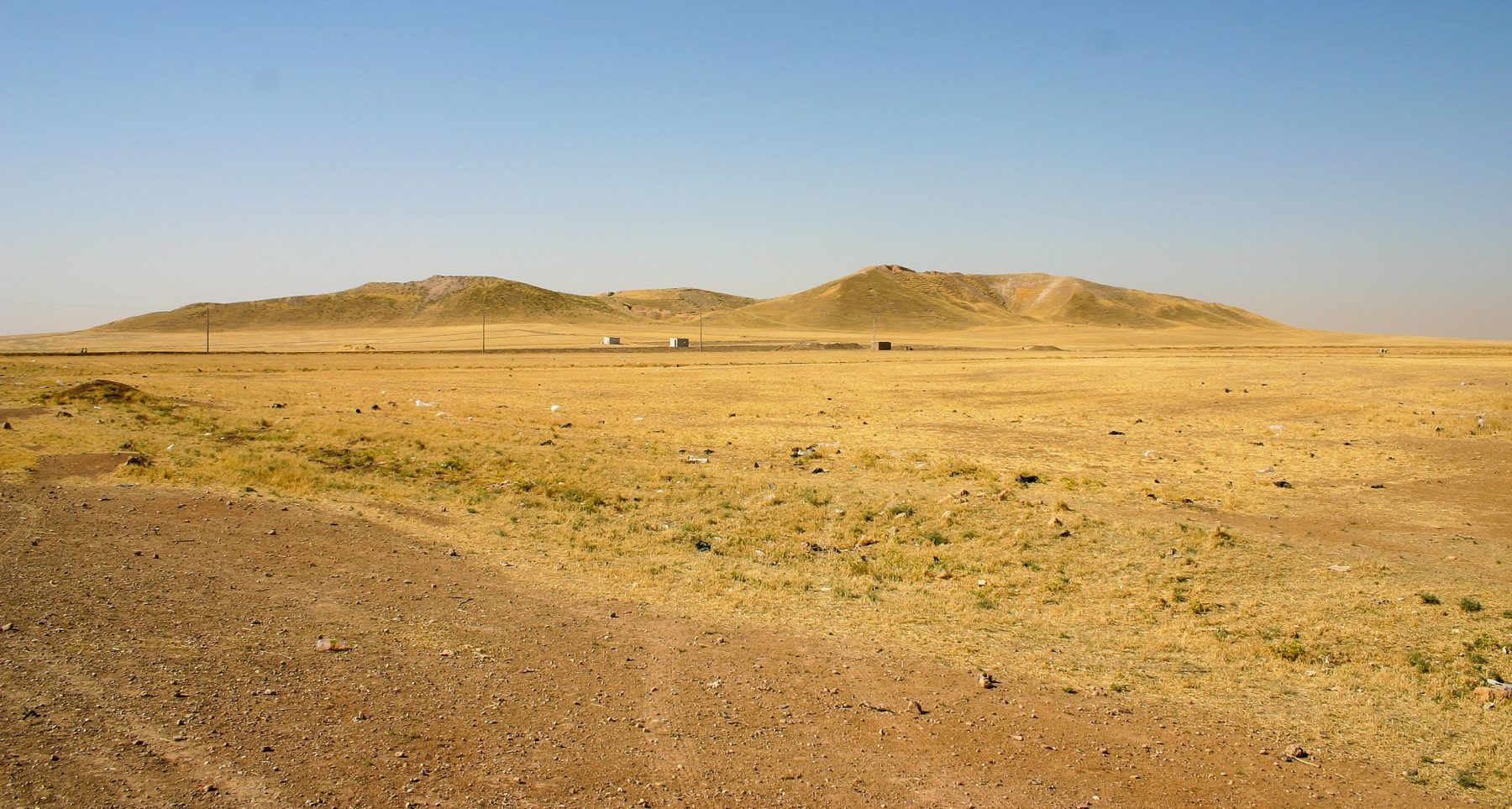 An image of Tell Brak. Would you say this is an ancient city? Probably not, but this is a look at the archaeological site from a distance. Thousands of years of history are buried beneath the surface. Image Credit: Wikimedia Commons / CC BY-SA 4.0.