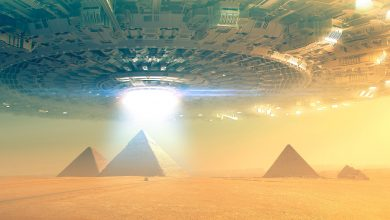 An artists rendering of a massive spaceships hovering above the ancient Egyptian pyramids at Giza. Shutterstock.