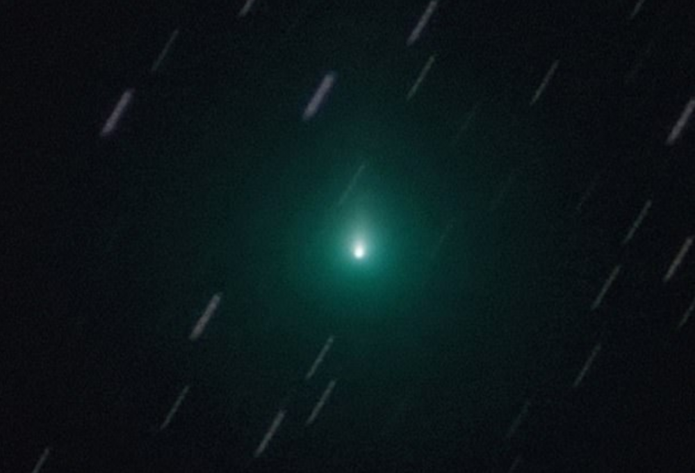 An image of Comet Atlas. Green lantern anyone? The massive comet is exepcted to zoom past Earth later this month. Image Credit: Jamie Cooper / SWNS.com.