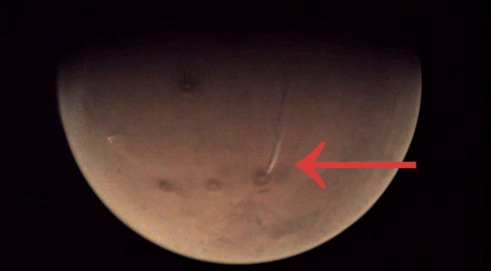 A view of the mysterious plume on Mars. Image Credit: ESA / arrow by Curiosmos.