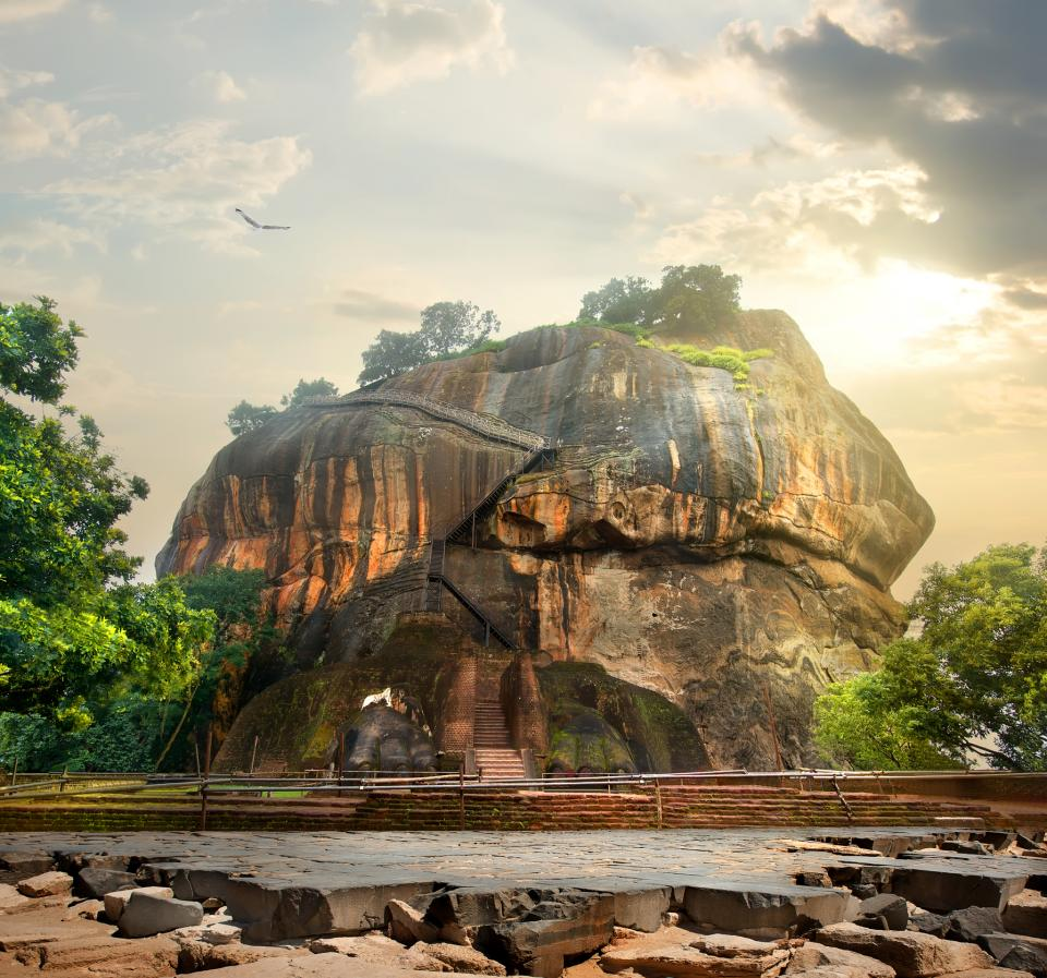 Full-frontal photograph of the ancient entrance of Sigiriya. You can see the remains of the stairs and the paws of the lion statue.