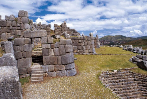 The mastership of the Incas is even more impressive in the curved stones that shape the zigzagged design of Sacsayhuaman. How did they manage to process stones this well and smoothen them to this extent.