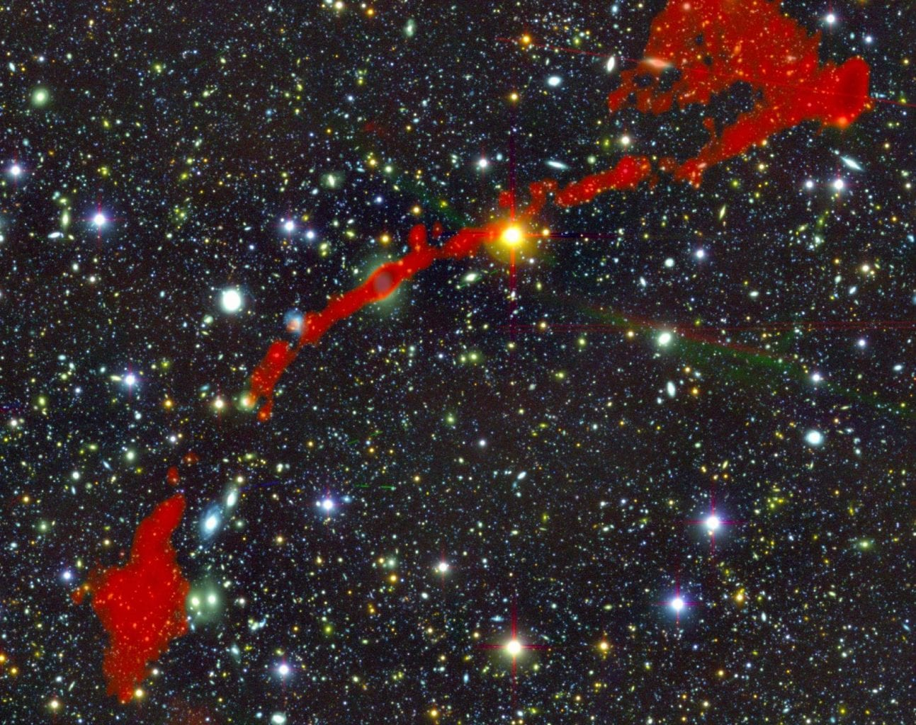 This is the second giant radio galaxy found (MGTC J095959.63+024608.6), once again shown in red with a cosmic background. Credit: I. Heywood, University of Oxford / Rhodes University / South African Radio Astronomy Observatory / CC BY 4.0.