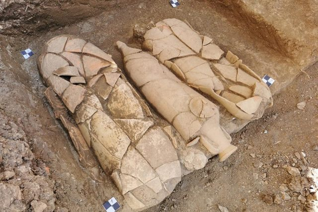 Three burials in amphorae discovered in the new necropolis. Credit: Kantharos / Facebook