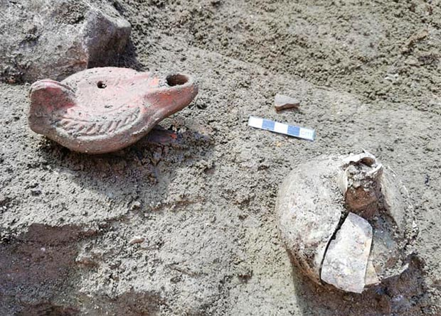 Besides the burials, archaeologists unearthed numerous oil lamps and ceramic objects. Credit: Kantharos / Facebook