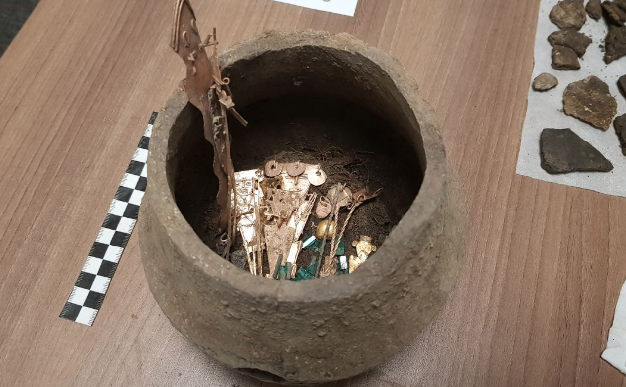 An ofrendatario jar full of metallic figurines and emeralds of the Chibcha culture. Credit: Francisco Correa